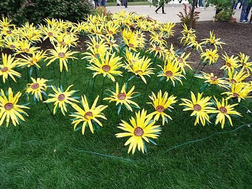 Цветы из пластиковых бутылок для сада своими руками