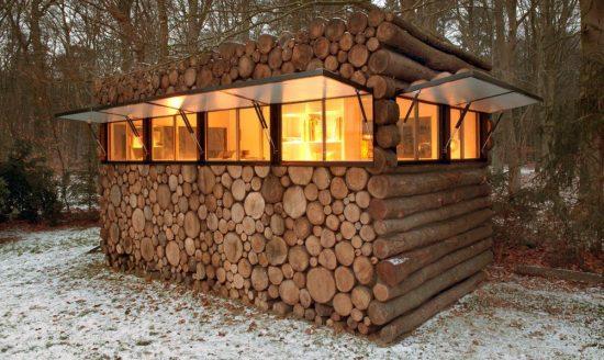 закрытая деревянная беседка
