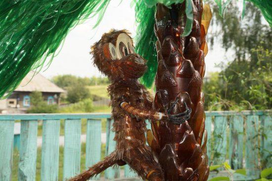 обезьяна на пальме из пластиковых бутылок