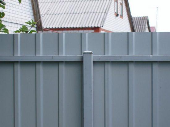 забор с металлическим столбом