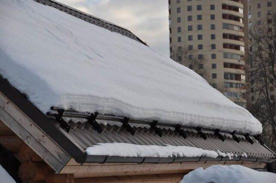 Снегозадержатель зимой